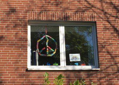 Emils Peace Zeichen im Fenster